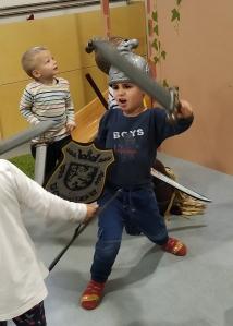 nen juga amb espasa i escut medieval