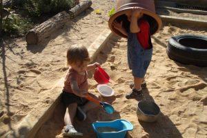 Dos nens jugant amb els estris del sorral