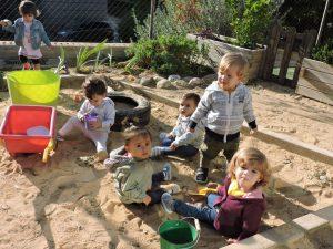 Grup de nens i nenes jugant al sorral