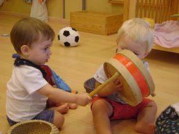 dos nens intereccionant amb un timbal