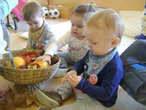 tres nens descobreixen els fruits de la tardor