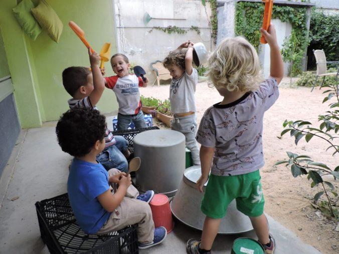 nens picant amb pales a les cassoles