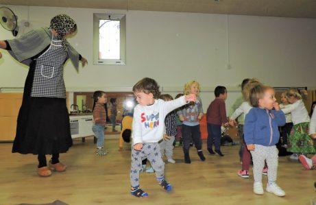 Infants de dos anys ballant juntament amb la Maria Castanyera