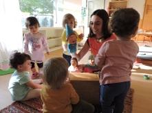 Mestra i infants fent ballar els titelles