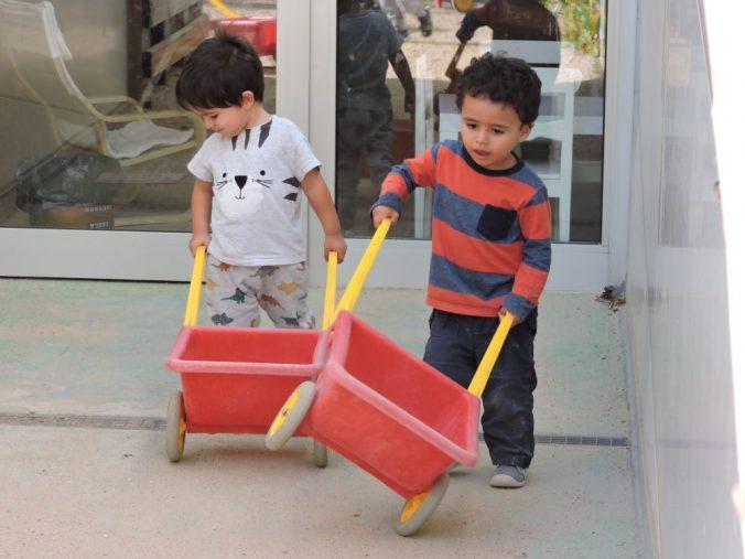 dos nens portant dos carretons