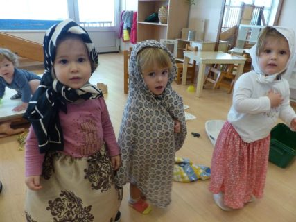 nenes vestides de castanyeras