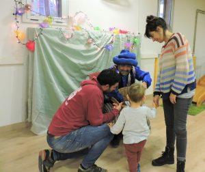 Família acompanyant al seu fill a donar-li la carta al Patge.