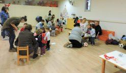 Famílies de l'escola a la sala realitzant propostes organitzades per l'AFA