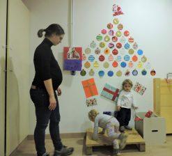 Nenes jugant al arbre que ha fet l'AFA. ( foto call).