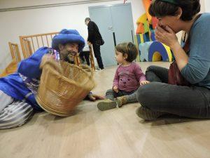 Patge Shelín jugant amb una mare i una filla