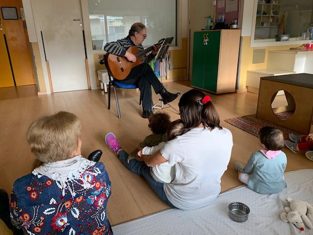 Nens i nenes gaudint d'un concert de guitarra