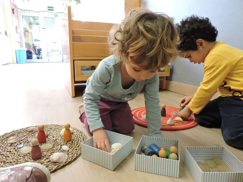 un nen i una nena jugat
