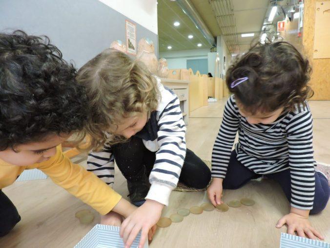 dos nens i una nena jugant