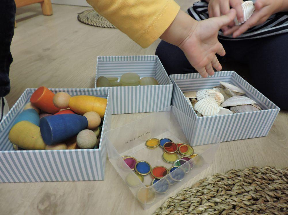 caixes amb materials