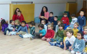 Infants de 2-3 anys amb dues mestres mirant l' obra de teatre.