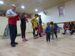 Infants mirant a les mestres que fan el personatges del Patufet