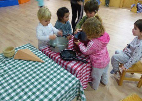 infants jugant amb la cuina del Patufet