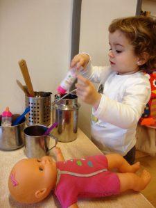 Una nena juga amb les casoles