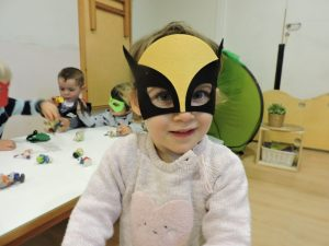 nena amb màscara de lobezno