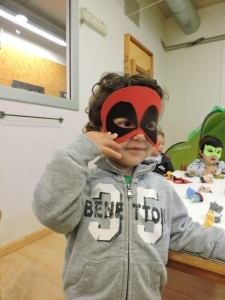 Dos nenes amb màscares