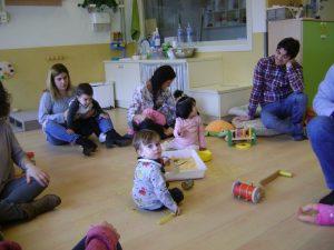 famílies i nens experimentant amb peles de mandaria ratllada