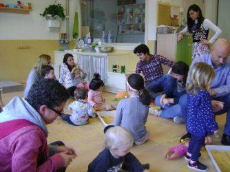 famílies compartint una tarda amb els seus fills i filles