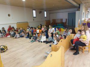 Grups d'infants de 2-3 anys mirant amb atenció l'obra de teatre del Pallasso Tito.