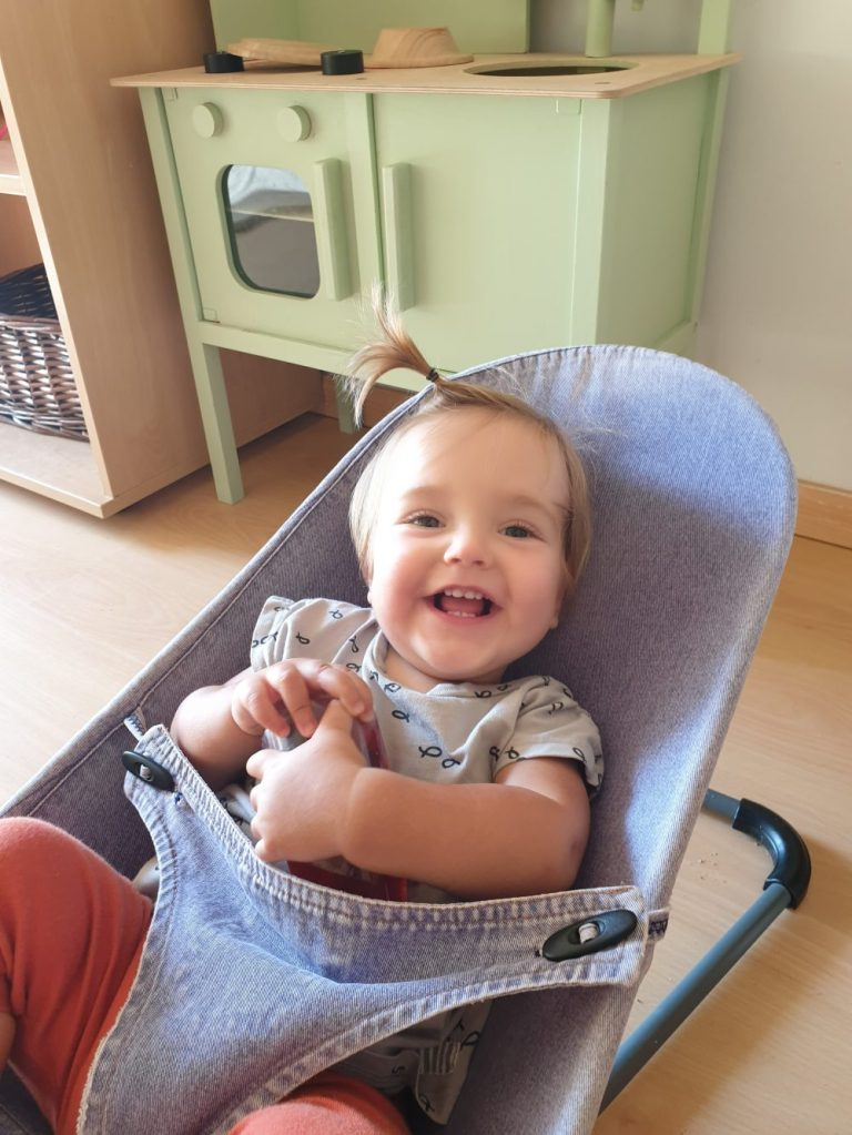 nena a la cadireta somrient
