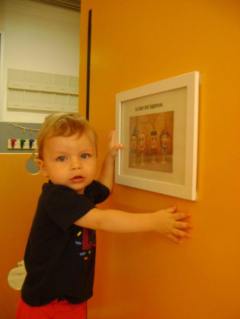 Un infant observant el cartell dels capgrossos de l'estança
