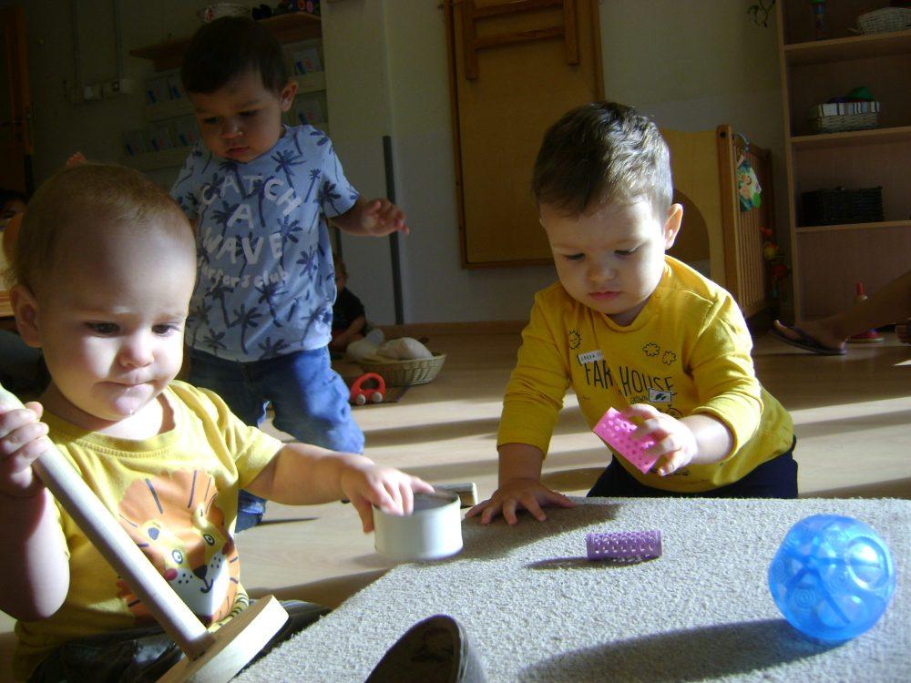 Infants manipulant objectes