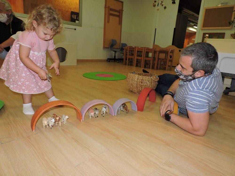 Una nena comparteix joc amb el seu pare a l'estança