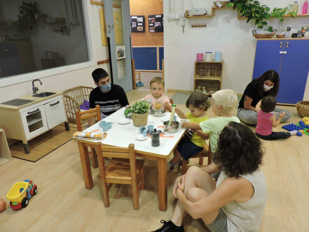 Joc compartit entre infants i famílies a l'estança