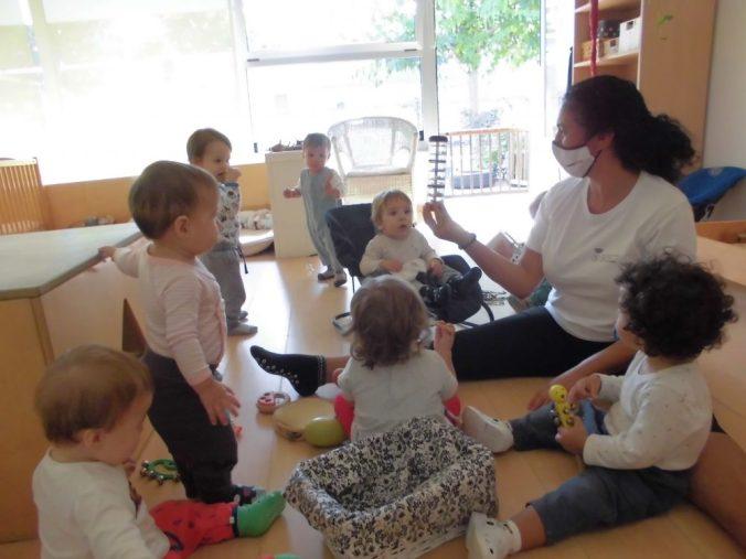 els infants escoltant el soroll de l'instrument