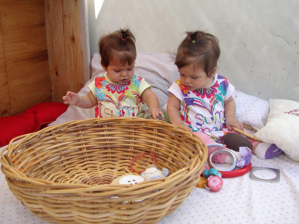 Daniela i Adriana juguen amb la panera dels tresors
