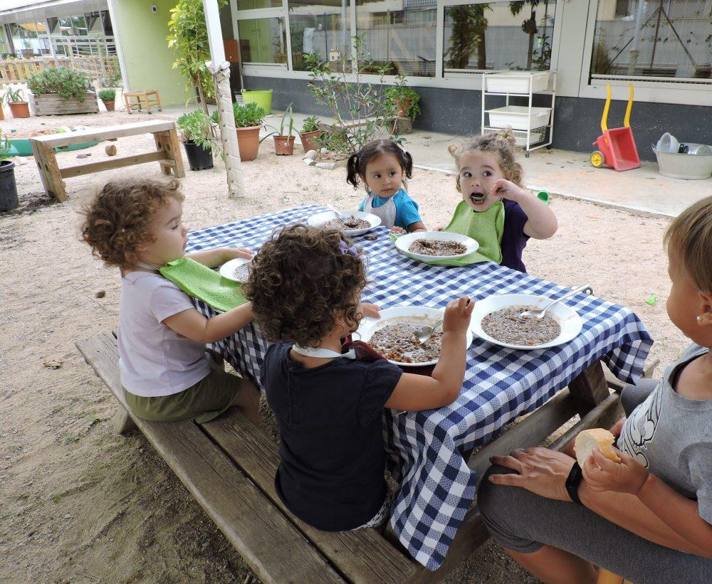 Infants dinant al pati