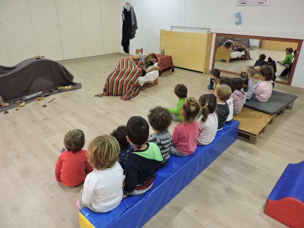 nens i nenes mirant a la castanyera