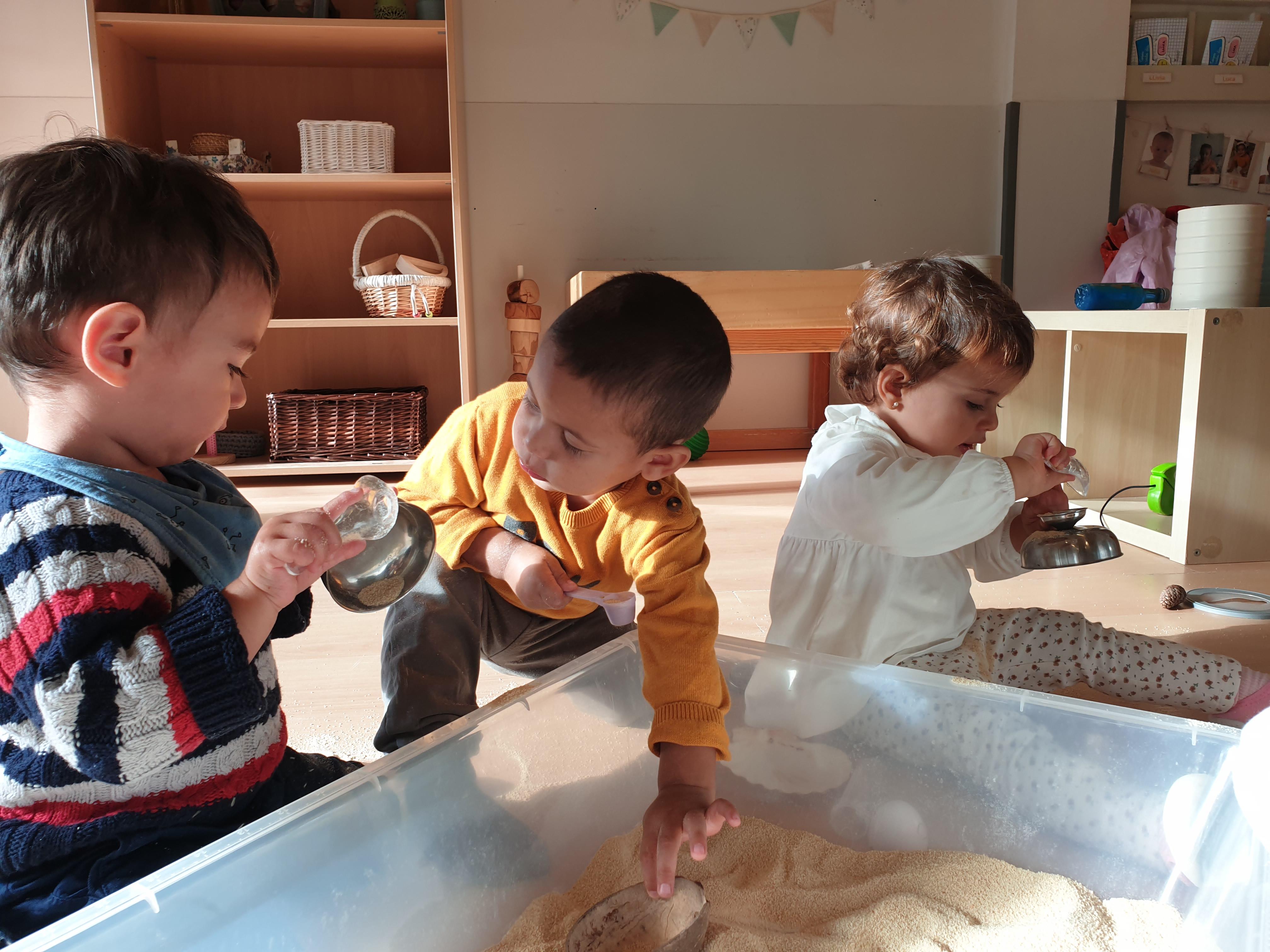 nens experimentant amb pa ratllat