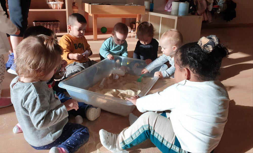 nens explorant amb pa ratllat