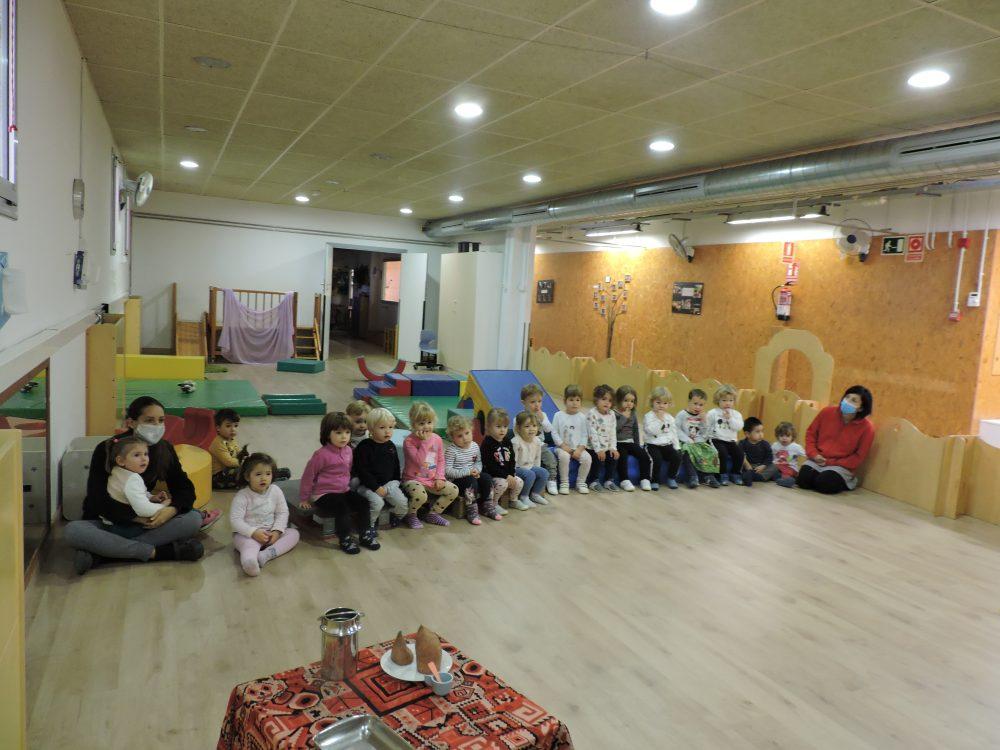grups d'infants de 2 a 3 anys observant el teatre