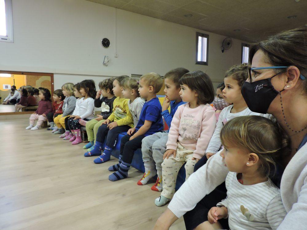 nens i nenes observant un teatre