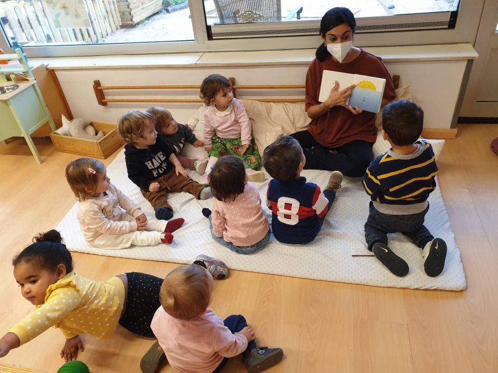 infants mirant contes