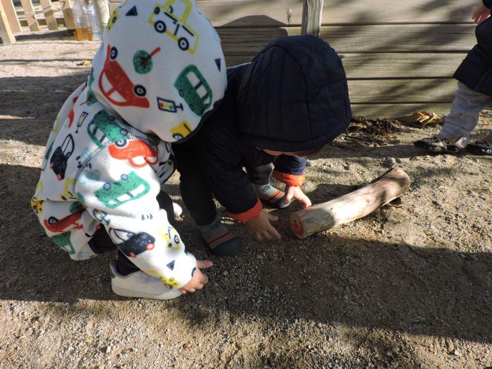 infants que troben el Tió al jardí