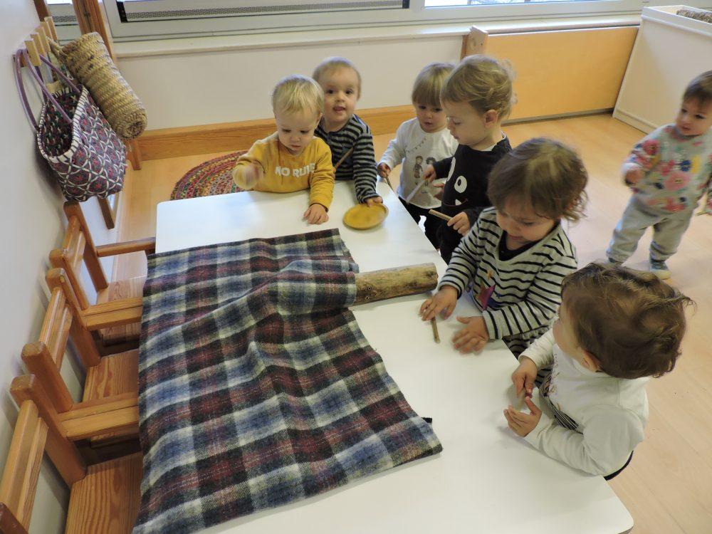 infants mirant els contes que ha cagat el tió