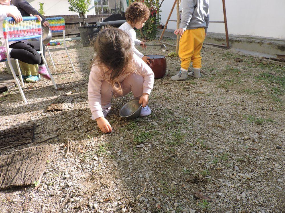 infant buscant pedretes