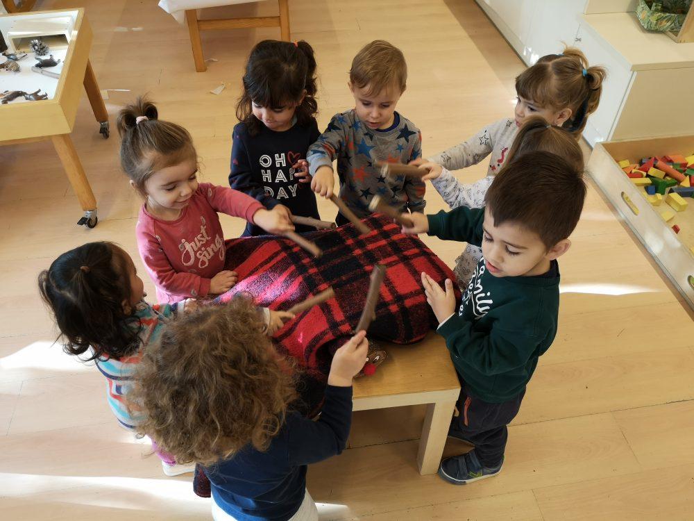 infants fent cagar el tió