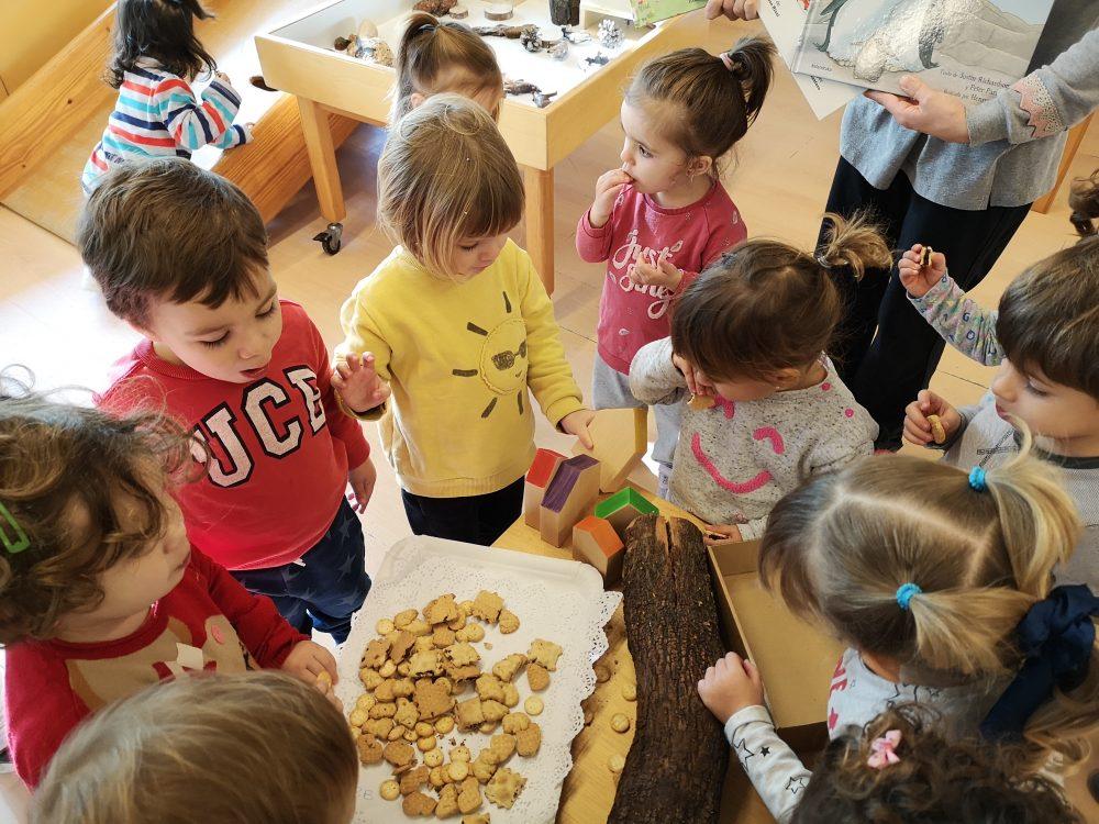 infants menjant galetes del tió