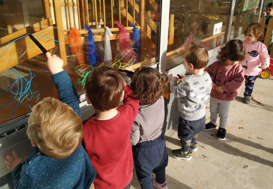 infants pinten els vidres