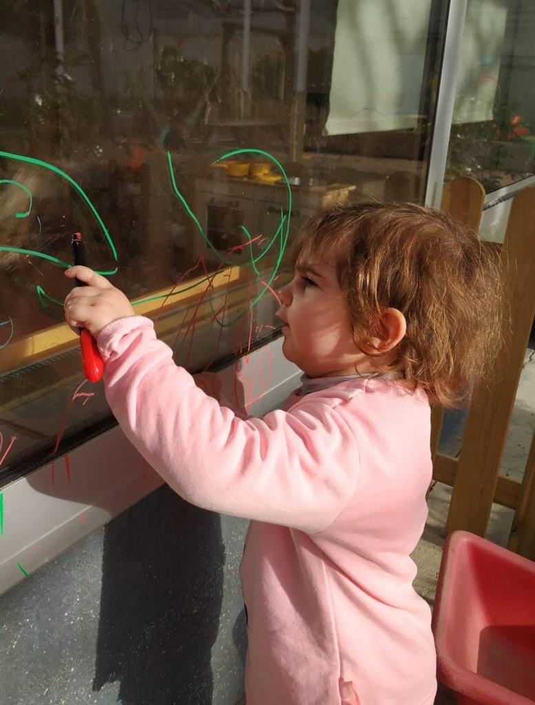 infant pinta els vidres
