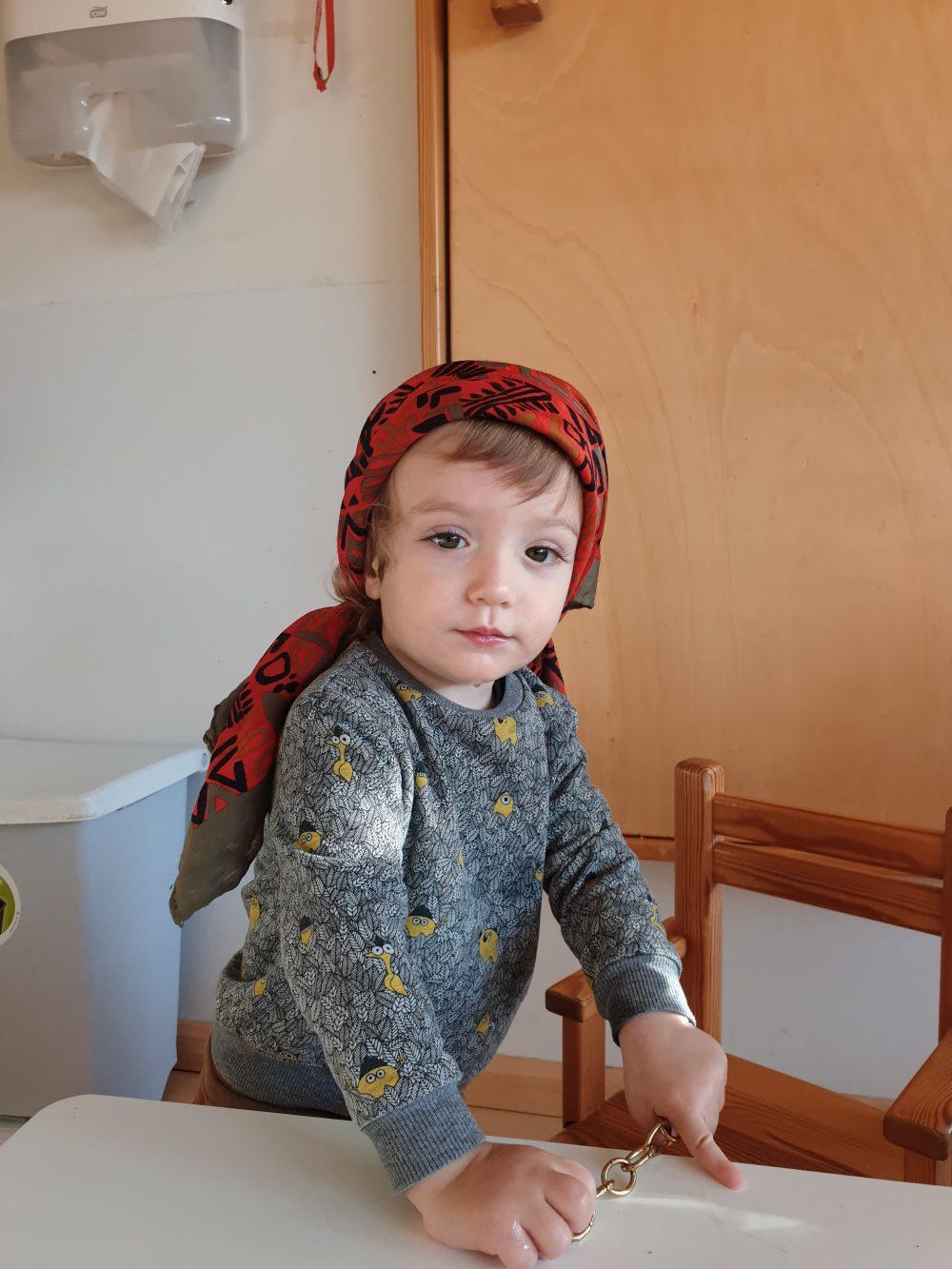 infant amb mocador