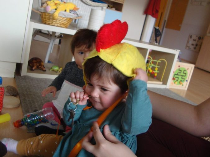Adriana amb un barret de pollet